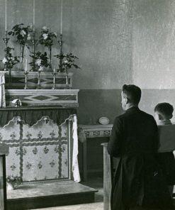 Don Mario coi ragazzi in cappella Città dei Ragazzi Modena